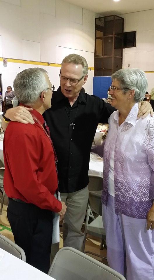 Mark_Hovestol_talking_with_Steve_and_Brenda_Hostetter_after_banquet.jpg